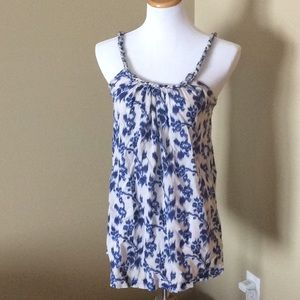 Beautiful blue and white floral Gap tank